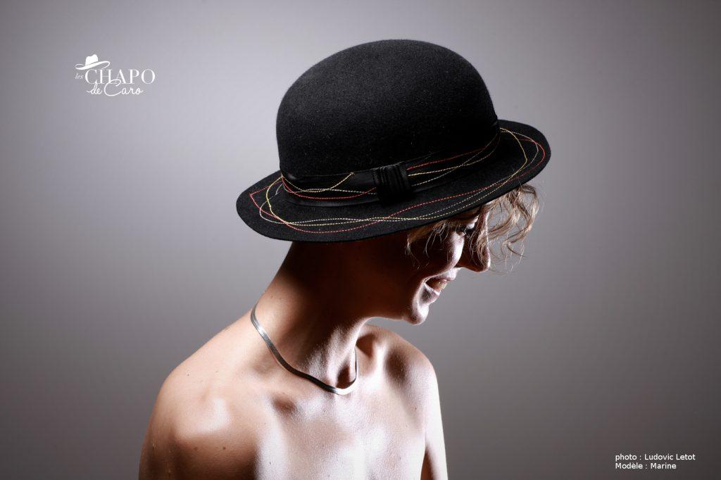 Piko, les chapo de caro. Petit chapeau femme de feutre noir à bord court garni de surpiqures colorés.