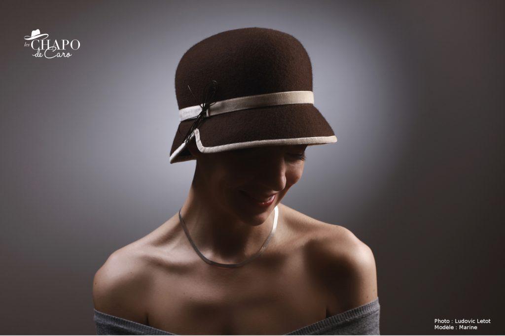 Mango, les Chapo de Caro à Orléans et Paris. Petit chapeau cloche femme en feutre marron bordé d'un ruban de velours beige.