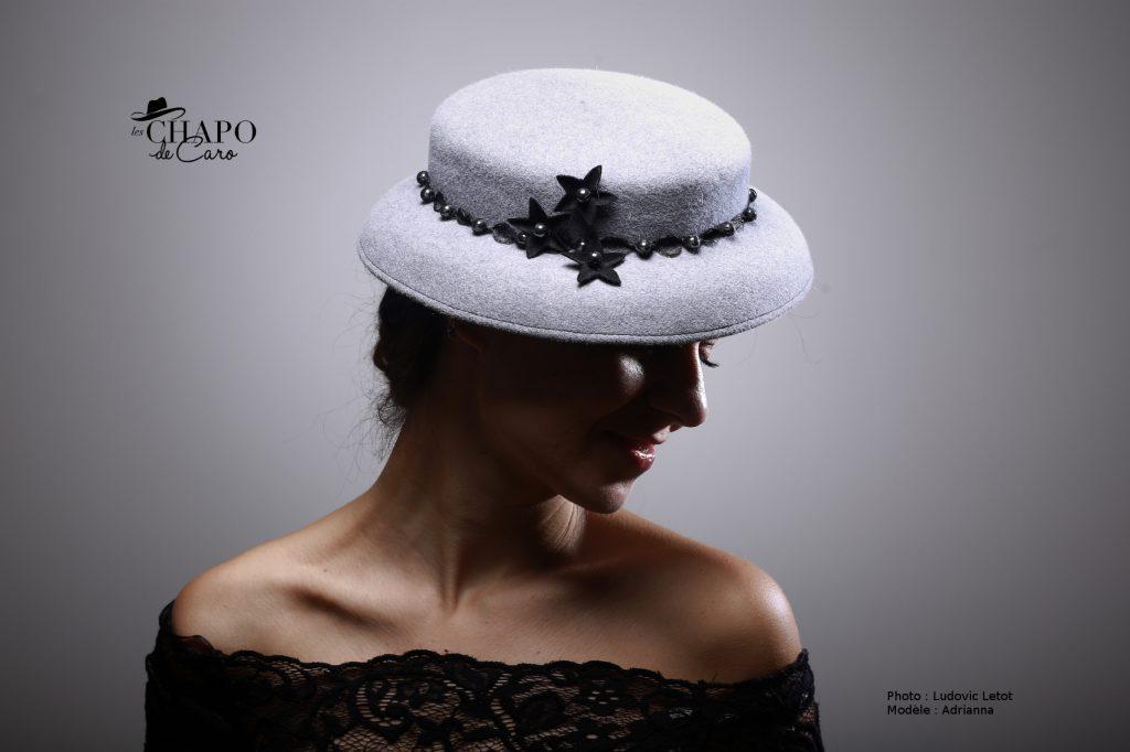 Mini Capeline en feutre gris agrémenté de perle noires et étoiles en feutre
