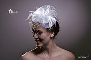 LesChapodeCaro- bibi Morgane 2018. Volute de crin, voilette et plumes légères. En blanc pour la mariée, en couleur pour toutes vos tenues