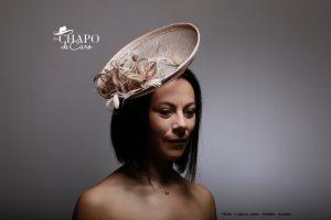 LesChapodeCaro- 2019- chapeau Méline en sisal, plumes et fleurs nude doré- Orléans