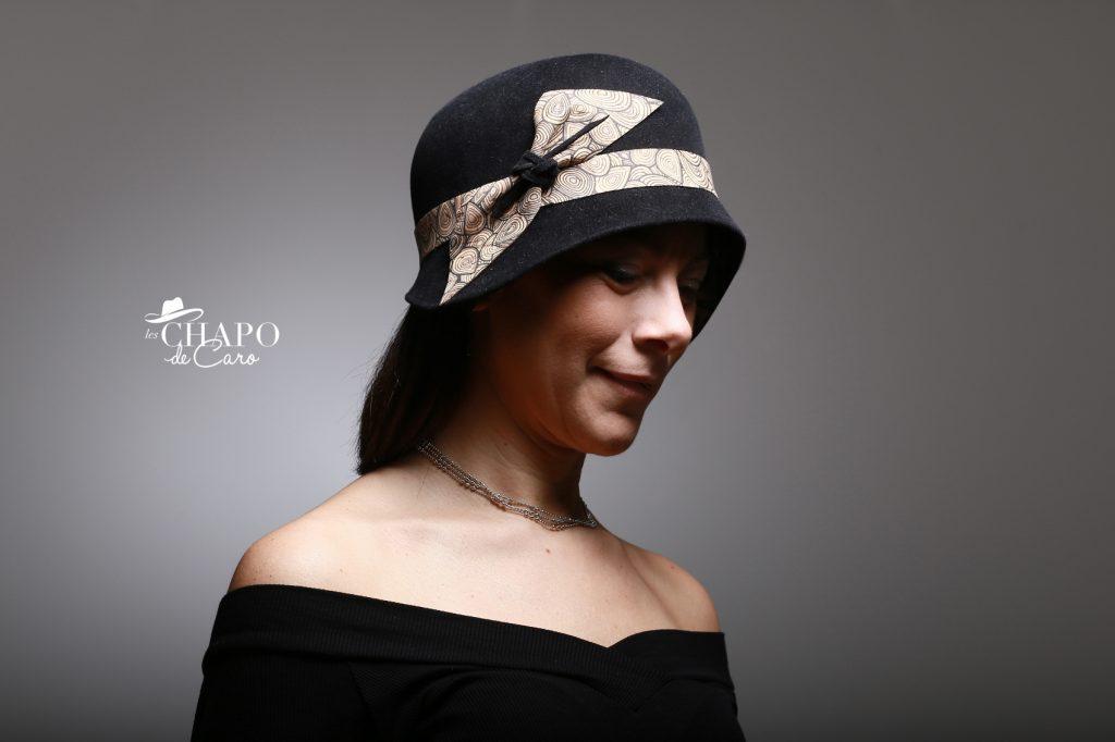 LesChapodeCaro-chapeau d'hiver cloche Mylène en feutre taupé noir et liège imprimé