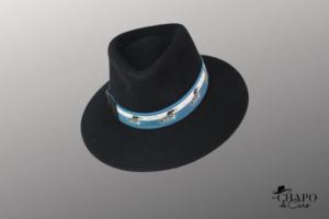 Les Chapo de Caro, Orléans Paris chapeau Fedora feutre noir plongeon bleu ainhoa- face