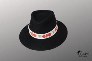Les Chapo de Caro, Orléans Paris, chapeau fedora feutre noir guêpiers orange tolède face 1