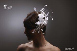 Pince Manon, les Chapo de Caro. Fleurs en soie et plumes taillées tout en blanc.