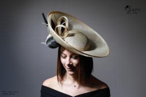 LesChapodeCaro - Gwendoline, capeline cérémonie en sisal naturel et buntal, vue face