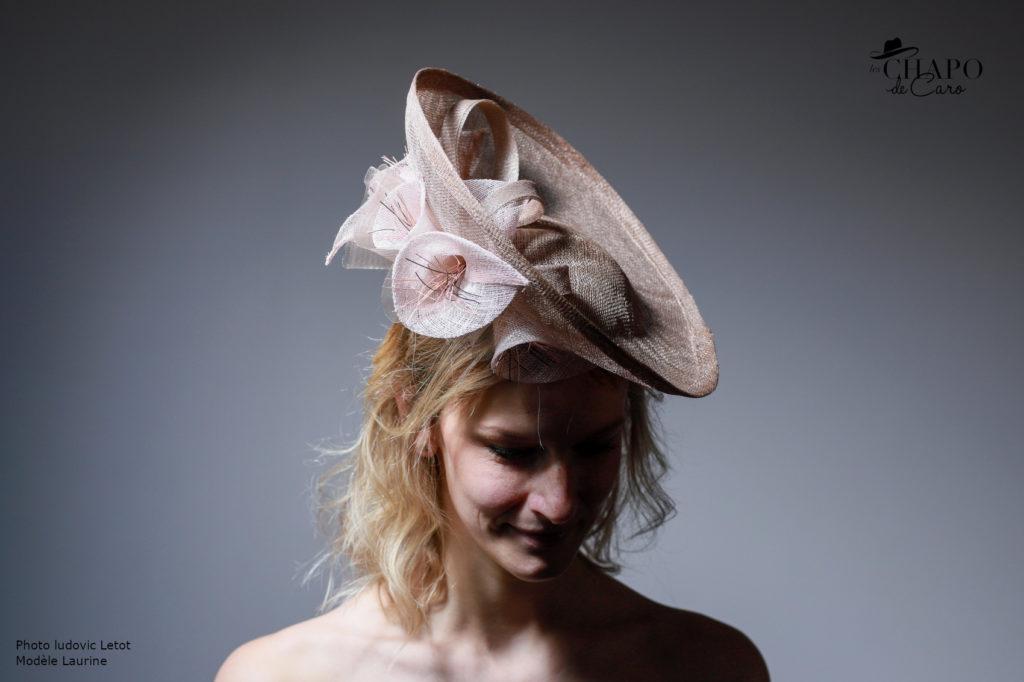 LesChapodeCaro - chapeau cérémonie Astrée sisal taupe et rose